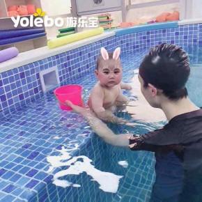宝宝感冒频发,家长们及时带宝宝去婴儿游泳池泡药浴