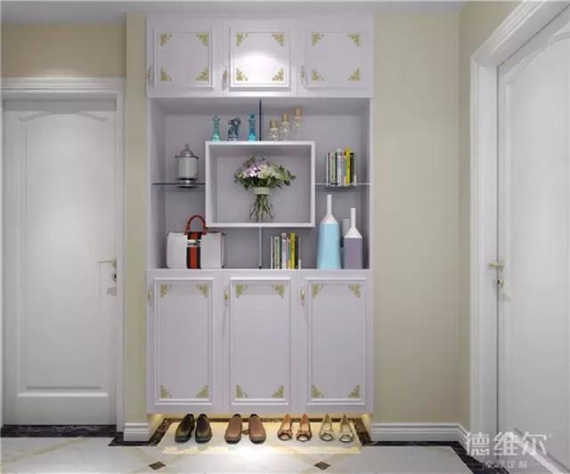 欧式风格 入门右侧的墙上嵌入一个到顶玄关柜