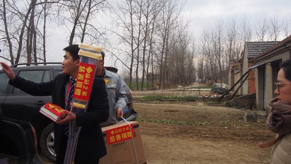 【涓涓行动】安徽蒙城:品冠之家看望16岁重病少年小梦龙(图)_1