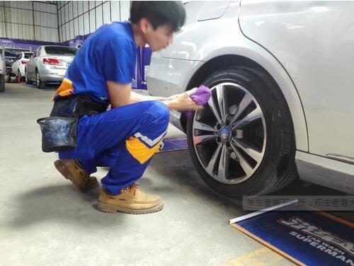 """""""洗车超人""""用微水洗车 一瓶矿泉水洗净一辆车(图)_2"""