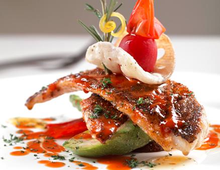茴香脆皮鲈鱼配碳烤蒜香西兰花及泰式红咖喱汁